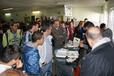 El consejero de Educación, Formación y Empleo, Constantino Sotoca, visitó la II Feria de Empleo, ubicada en el IES Miguel de Cervantes, de Murcia, y dirigida a alumnos de Formación Profesional.